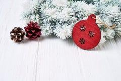 белизна рождества предпосылки Ветви ели рождества с красным украшением Стоковое Изображение
