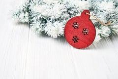 белизна рождества предпосылки Ветви ели рождества с украшением скопируйте космос Стоковое Изображение