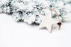 белизна рождества предпосылки Ветви ели рождества с украшением формы звезды Стоковые Фотографии RF