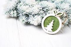 белизна рождества предпосылки Ветви ели рождества с украшением Стоковая Фотография RF