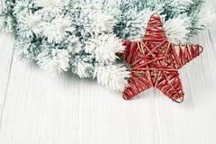 белизна рождества предпосылки Ветви ели рождества с украшением Стоковое Изображение