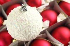 белизна рождества шарика Стоковая Фотография RF