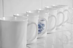 белизна рядка чашек стоковая фотография