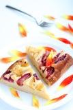 белизна сливы плиты торта домодельная Стоковая Фотография
