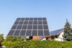 белизна солнца панели энергии изолированная рукой солнечная Стоковая Фотография RF