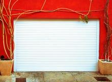 белизна стены яркого гаража двери померанцовая Стоковые Фотографии RF