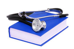 белизна стетоскопа голубой книги изолированная Стоковая Фотография RF