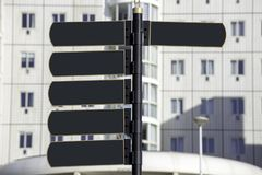 Белизна столба знака металла пустого окна дома улицы указателя темная стоковое изображение