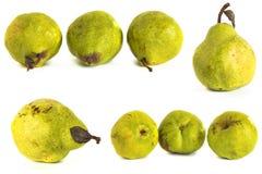 белизна субстрата груши s предпосылки стеклянная сочные яркие ые-зелен и желтые груши на изолированной предпосылке Стоковые Фото