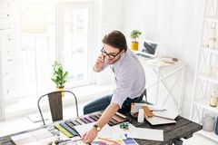 белизна телефона бизнесмена предпосылки счастливая изолированная говоря Стоковые Фото