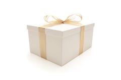 белизна тесемки подарка коробки изолированная золотом Стоковая Фотография