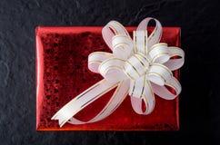 белизна тесемки подарка коробки красная Стоковые Изображения RF