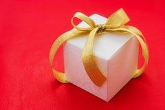 белизна тесемки подарка коробки смычка золотистая Стоковая Фотография RF