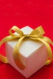 белизна тесемки подарка коробки смычка золотистая Стоковое Изображение