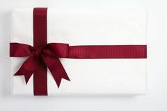 белизна тесемки подарка смычка красная Стоковые Изображения
