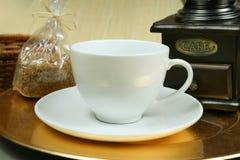 белизна точильщика кофейной чашки Стоковое Изображение RF