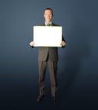 белизна удерживания пустой карточки бизнесмена счастливая Стоковые Изображения RF