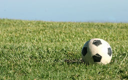 белизна футбола шарика черная Стоковые Фото