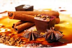 белизна шоколада конфеты предпосылки изолированная взрезом Стоковое Изображение