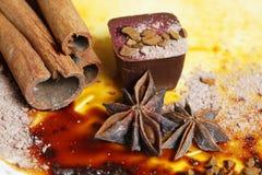 белизна шоколада конфеты предпосылки изолированная взрезом Стоковое Изображение RF