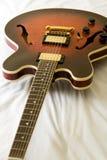 белизна электрической гитары предпосылки Стоковые Фотографии RF