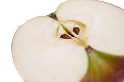 белизна яблока отрезанная предпосылкой красная Стоковое Изображение