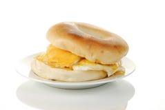 белизна яичка bagel предпосылки отражательная стоковое изображение