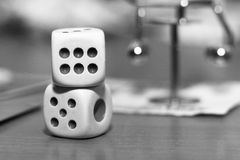 Белизна 2 dices и игрушка металла Стоковые Изображения