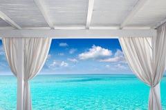 Белизна Gazebo в тропическом карибском пляже Стоковое Изображение