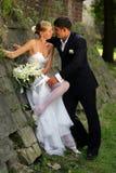 белизна groom платья невесты стоковое фото
