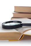 белизна loupe книги предпосылки старая открытая Стоковая Фотография RF