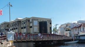 БЕЛИЗ - 17-ОЕ НОЯБРЯ 2017: Городской пейзаж города Белиза с местными людьми и движение на мосте качания Стоковые Фото