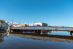 БЕЛИЗ - 18-ОЕ НОЯБРЯ 2017: Порт города Белиза с мостом качания в предпосылке Стоковые Изображения RF