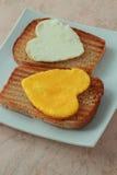 Белковина и яичный желток как сердце стоковое изображение