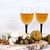 Белое вино и закуски Вино, виноградины, сыр, гайки, оливки Романтичный вечер, натюрморт Стоковые Изображения RF