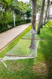 Белое вязание крючком knit с деревом удобное место, который нужно ослабить Стоковые Фото