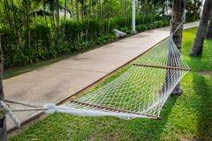Белое вязание крючком knit с деревом удобное место, который нужно ослабить Стоковая Фотография