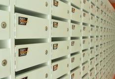 Белое деревянное обслуживание postboxes в квартире Стоковые Изображения RF