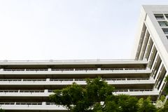 Белое здание, школьное здание, белый взгляд здания снизу стоковая фотография