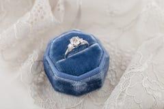 Белое золотое обручальное кольцо с диамантами в голубом винтажном бархате r Стоковая Фотография