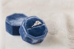 Белое золотое обручальное кольцо с диамантами в голубом винтажном бархате r Стоковое фото RF