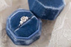 Белое золотое обручальное кольцо с диамантами в голубом винтажном бархате r Стоковое Фото