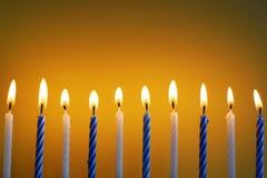 10 белое и голубые горящие свечи дня рождения Стоковая Фотография