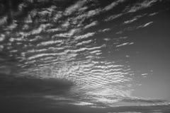 Белое и черное изумительное небо и восход солнца утра Красивый ландшафт с взглядом на абстрактных желтых красных облаках Стоковое Фото