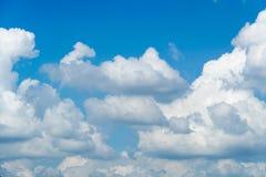 Белое облако на голубом небе на дне стоковая фотография