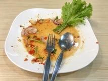 Белое пакостное блюдо после еды стоковая фотография