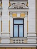 Белое пластичное окно сделанное в классическом стиле стоковые изображения rf