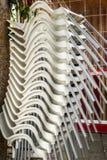 Белое пластичное перекрытие стульев в вертикали Стоковые Фотографии RF