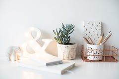Белое рабочее место таблицы домашнего офиса, уютных и славных с блокнотами a стоковая фотография rf