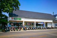 Белое ретро здание фасада 7 11 ночных магазинов с строкой мотоциклов на фронте Стоковые Изображения RF